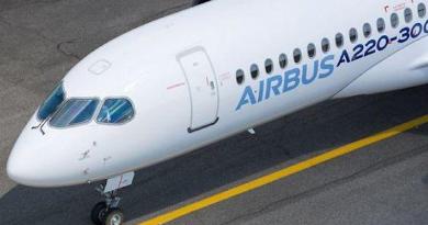 Airbus A220-300 in pista