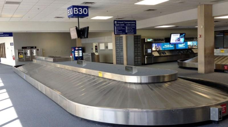 Nastro bagagli vuoto cargo aeroporto merci economia aviazione civile Spazio-News Magazine